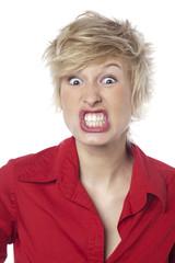 jeune femme fessant une grimace