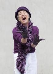 femme excentrique au chapeau et gants violet