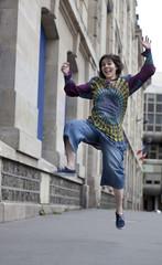 jeune fille joyeuse saut air