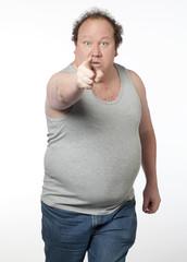 homme obèse accusant doigt