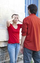 jeune couple désespéré prise de tête