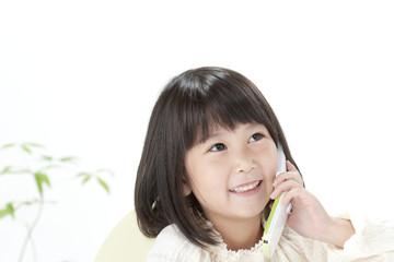 携帯電話で話す女の子