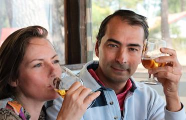 couple buvant une bière