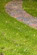 Gartenweg eines Einfamilienhauses im Herbst