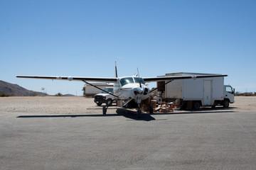 Frachtflugzeug auf Catalina Island bei der Entladung