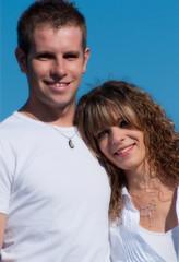 jeune couple souriant et amoureux