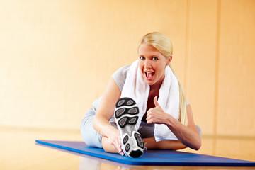 Daumen hoch im Fitnessstudio
