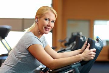 Frau hört Musik beim Workout