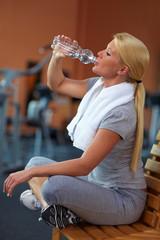 Durstige Frau im Fitnessstudio
