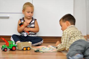 Kinder beim Katalog ansehen