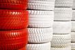 Roter/weißer Reifenstapel an der Rennstrecke