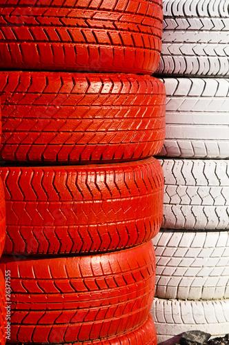 Rot-weißer Reifenstapel an der Rennstrecke
