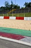 Formel 1-Rennstrecke, Kiesbett, Reifenstapel, Zuschauertribüne