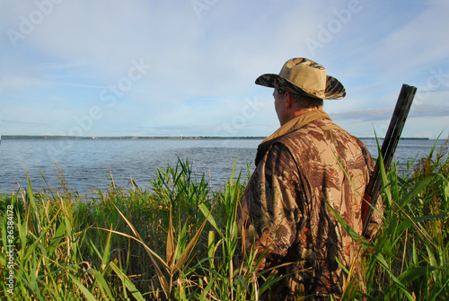 Aluminium Jacht hunter waiting in the reeds