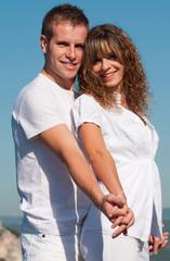 jeune couple souriant dans la nature