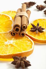 Zimtstangen, Orangen und Zimtsterne