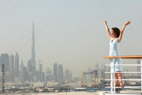brunetka kobieta stojąca na pokładzie liniowca