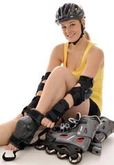 Junge Frau mit Protektoren und Inline-Skates