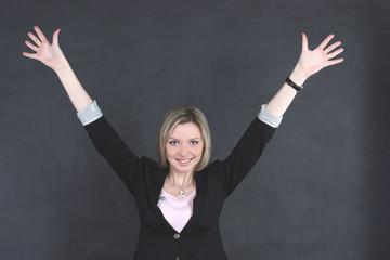 Деловая успешная женщина радуется успеху