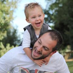 Père et fils jouant ensemble, extérieur, campagne