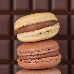 deux petits macarons au chocolat
