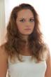 Schüchterne junge Frau