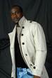 homme noir et imperméable blanc 3