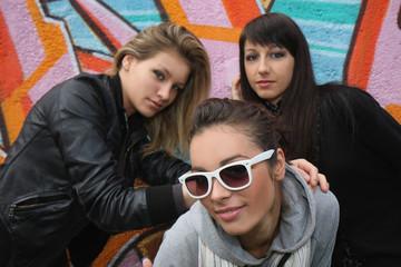 ragazze davanti ad un murales