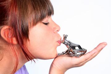 Mädchen küsst Frosch