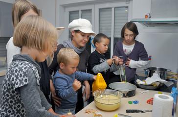 kleinkind rührt den Kuchen