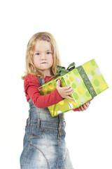 Mädchen mit Geschenk auf dem Arm