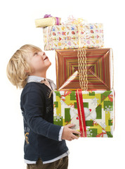 Junge mit Geschenken auf den Armen