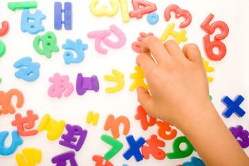 文字を選ぶ子供の手