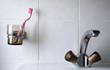 dettaglio di spazzolino da denti e rubinetto