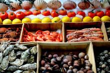 Vis kraam met selectie van verse zeevruchten