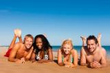 Fototapety Freunde im Urlaub am Strand