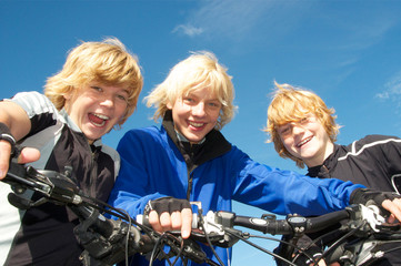 3 Kinder mit Mountainbike