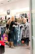 femme dans une boutique
