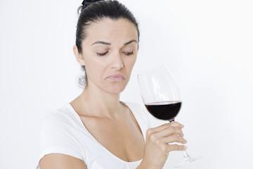 Frau riecht am schlechten Wein