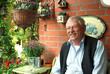 Freundlicher Rentner auf der Terrasse