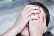 femme désespérée, la tête penchée en arrière