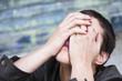 désespoir d'une femme, le visage enfoui entre ses mains