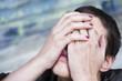 femme désespérée, le visage entre les mains