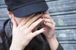 femme déprimée cachant son visage entre ses mains