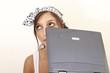 Junge Frau nachdenklich am Laptop