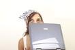 Junge Frau grübelt am Laptop