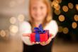Mädchen mit Geschenk an Weihnachten