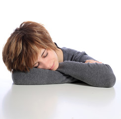 Junge Frau ist eingeschlafen