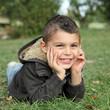 Jeune garçon heureux et souriant (4 - 5 ans)
