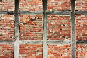 Backsteinwand mit Holzträgern
